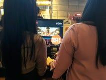 Folket som köar för att köpa biljetter på räknaren på CGV-bion i Bekasi handel, centrerar arkivbild