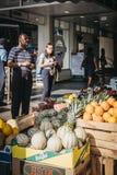 Folket som köper ny frukt på, stannar utanför Hampstead Heath Rai royaltyfri foto