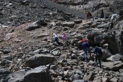 Folket som klättrar ett berg med många, vaggar fotografering för bildbyråer