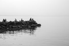 Folket som kopplar av på, vaggar på sjön Royaltyfria Bilder