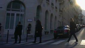 Folket som korsar gatan, rad av bilar, parkerade nära byggnader, Paris stadsliv lager videofilmer