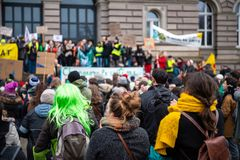 Folket som marscherar på Marche, häller Le Climat i Frankrike framme av U royaltyfria foton