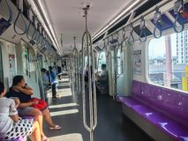 Folket som reser vid den purpurfärgade linjen himmeldrev för MRT, den purpurfärgade linjen, tjänar som handelsresande mellan de n royaltyfria foton