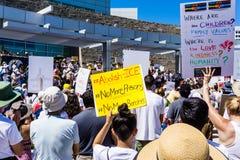 Folket som samlas av Sanen Jose City Hall för `-familjerna, hör hemma framme ` samlar tillsammans arkivbild