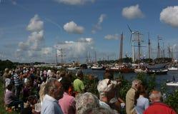 Folket som ser skepp under, seglar Amsterdam Royaltyfri Fotografi