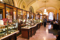Folket som shoppar och äter i den berömda Gerbeaud coffen, shoppar Royaltyfri Bild