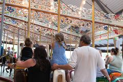 Folket som spelar ponnyn, rider på en karusellkarusell Royaltyfria Foton