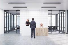 Folket som står i ett kontor, övar påtryckningar med tegelplattor Royaltyfri Fotografi