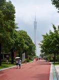 Folket som strosar i trädgårdarna nära kantonen, står högt, Guangzhou Arkivbild