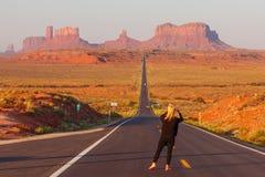 Folket som tar fotoet på Forrest Gump Point på USA-huvudväg 163 in mot den stam- monumentdalnavajoen, parkerar Royaltyfri Bild