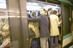 Folket som tränger ihop in i tunnelbanan, utbildar på rusningstiden, Paris, Frankrike Royaltyfria Bilder