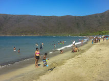 Folket som tycker om en sunnny dag på Bahia Concha, sätter på land Royaltyfri Fotografi