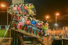 Folket som tycker om rullcoster, rider på Howrah, västra Bengal, Indien Royaltyfri Bild