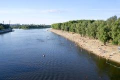 Folket som vilar på staden, sätter på land på floden royaltyfri fotografi