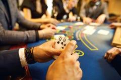 Folket spelar poker på tabellen i kasinot royaltyfri foto
