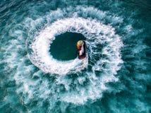 Folket spelar strålen skidar på havet under ferierna Royaltyfria Foton