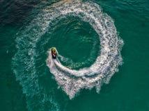 Folket spelar strålen skidar på havet under ferierna Och beaut Royaltyfria Foton