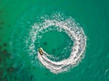 Folket spelar strålen skidar på havet under ferierna Och beaut Royaltyfri Foto