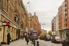 Folket spenderar deras ferier som går för att shoppa på Knightbridge i London Arkivbilder