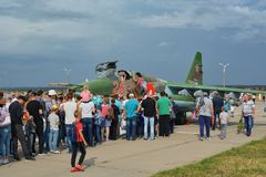 Folket står i linje för att se cockpiten av striden, ryssen su-25 Royaltyfri Bild