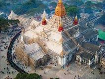 folket står i linje på en tempel royaltyfri bild