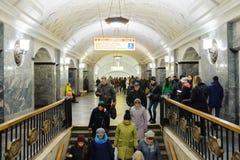 Folket stiger ned trappan på den Kurskaya stationen på November 08, 20 Arkivfoto