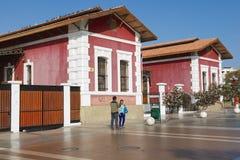 Folket talar på gatan med de historiska byggnaderna på bakgrunden i i stadens centrum Arica, Chile Arkivbilder