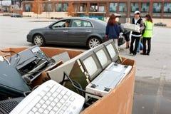 Folket tappar av elektronik på återvinninghändelsen royaltyfria foton