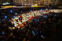 Folket tar delen i Morgestraich - karnevalöppning i Baseln, Schweiz exponering long Fotografering för Bildbyråer