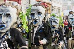 Folket tar delen i ståta på den Lucerne karnevalet i Lucerne, Schweiz Arkivbilder