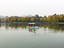 Folket tar en fritids- fartygritt på en sjö fotografering för bildbyråer