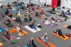 Folket tar en grupp på yogafestivalen 2014 i Milan, Italien Royaltyfria Foton