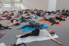 Folket tar en grupp på yogafestivalen 2014 i Milan, Italien Arkivfoto