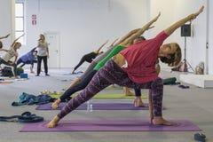 Folket tar en grupp på yogafestivalen 2014 i Milan, Italien Fotografering för Bildbyråer