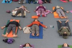 Folket tar en grupp på yogafestivalen 2014 i Milan, Italien Royaltyfri Bild