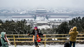 Folket tar foto för Forbiddenet City i snön, Peking, Kina lager videofilmer