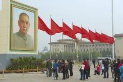 Folket tar foto på den Tiananmen fyrkanten i Peking, Kina Arkivbild