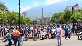 Folket tar gatorna i den Altamira fyrkanten som v?ntar p? den mellantid presidenten Juan Guaido och militar styrkor att tala p? A stock video