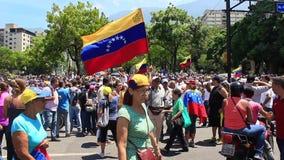 Folket tar gatorna i den Altamira fyrkanten som v?ntar p? den mellantid presidenten Juan Guaido och militar styrkor att tala p? A arkivfilmer