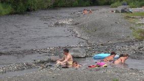 Folket tar terapeutiska bad i naturliga Hot Springs på Kamchatka arkivfilmer