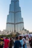 Folket tränger ihop framme av Burj al Khalifa Arkivfoto