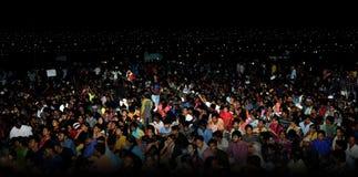Folket tränger ihop nattetidmarinastranden Royaltyfri Bild