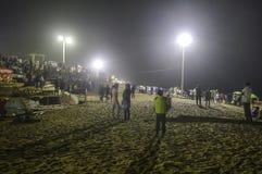 Folket tränger ihop på natten efter solnedgången i ett strandparti i sommarsemester - Goa Indien arkivfoto