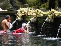 Folket tvättar sig med heligt vatten arkivbilder