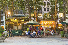 Folket tycker om aftonen på Bryant Park i New York Royaltyfri Bild