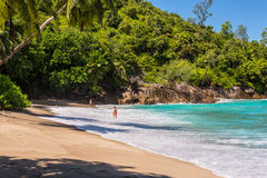 Folket tycker om Anse den viktiga stranden, Seychellerna Arkivbilder