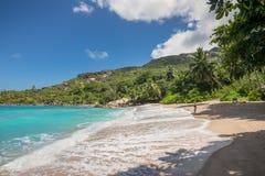 Folket tycker om Anse den viktiga stranden, Seychellerna, Indiska oceanen, Eas Arkivfoto