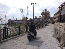 Folket tycker om att gå till och med den Antalya sidan på stranden i en solig dag arkivbild
