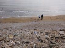 Folket tycker om att gå till och med den Antalya sidan på stranden i en solig dag royaltyfri foto