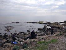 Folket tycker om att gå till och med den Antalya sidan på stranden i en solig dag arkivfoton